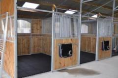 TDJ Gummiflise Sort i hesteboksene